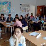 участники квеста смотрят видеоролик о Тюменской области